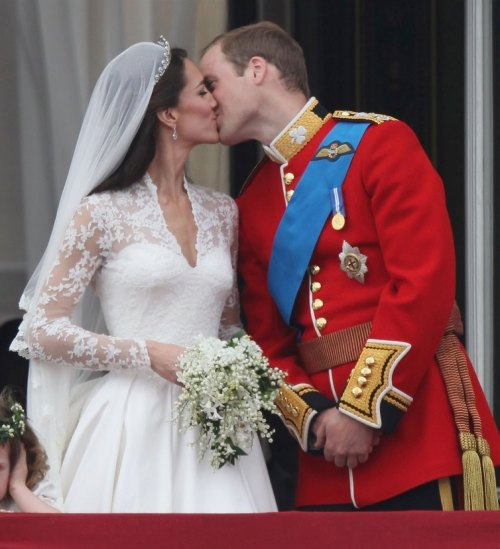 kate william kiss1 Royal Wedding Beauty   Kate & William