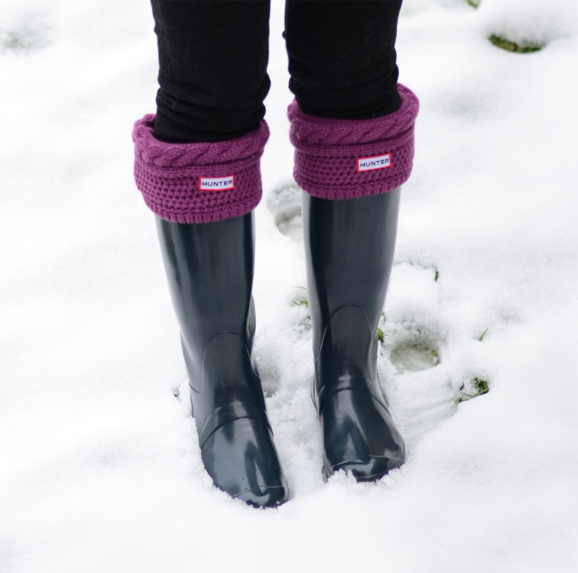 navy-hunter-wellies-purple-socks