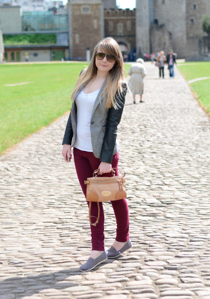burgundy-jeans-outfit