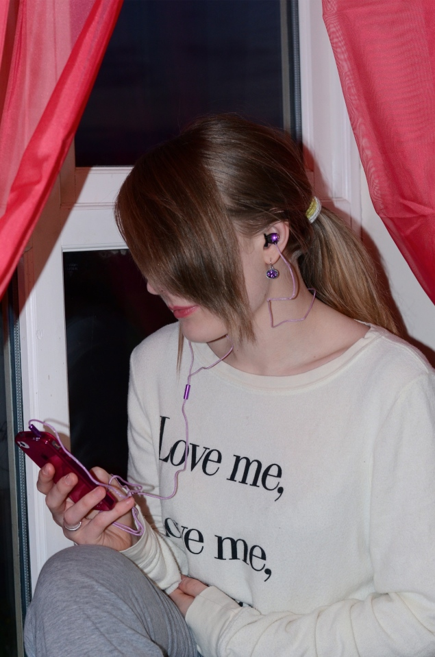purple-headphones-iphone
