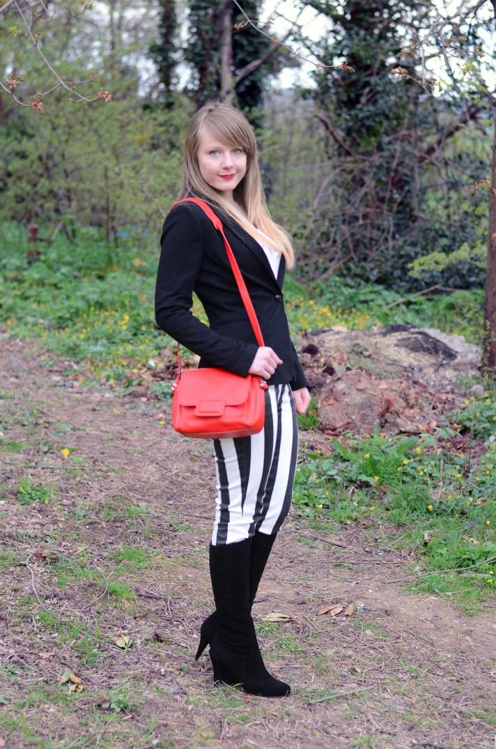 red-bag-black-white-jeans
