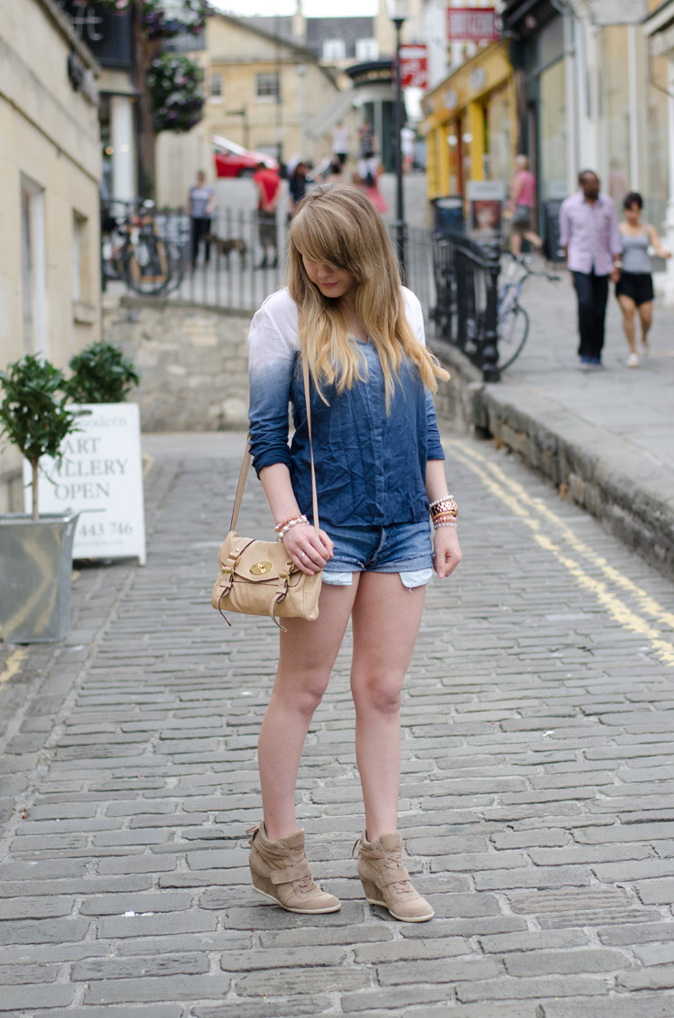 dip-dye-blue-shirt-levis-shorts