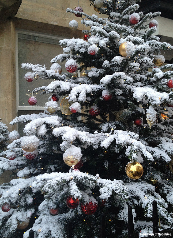 snowy-christmas-tree-in-bath