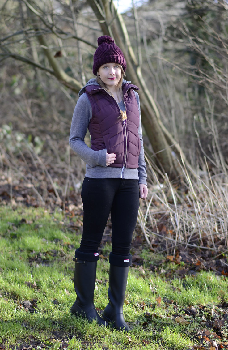 burgundy-topshop-gilet-black-wellies