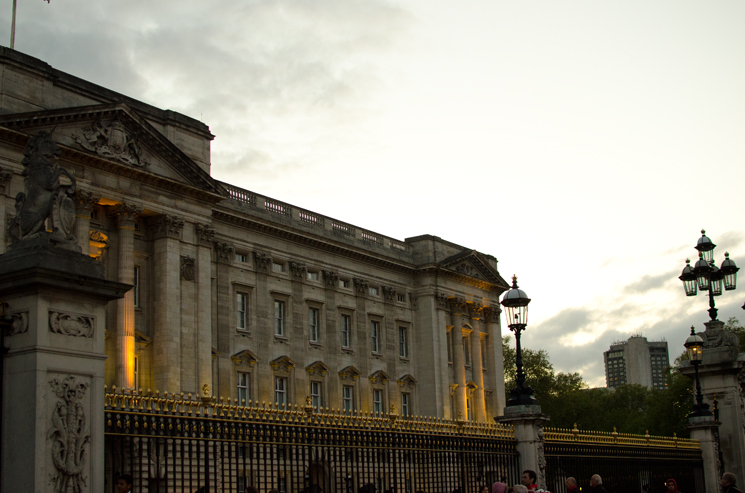 buckingham palace Outfits, Sightseeing & More From London
