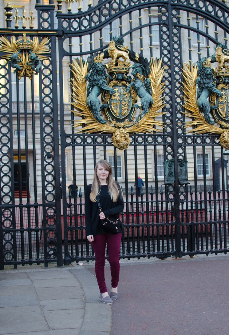 buckinham palace tourist Outfits, Sightseeing & More From London