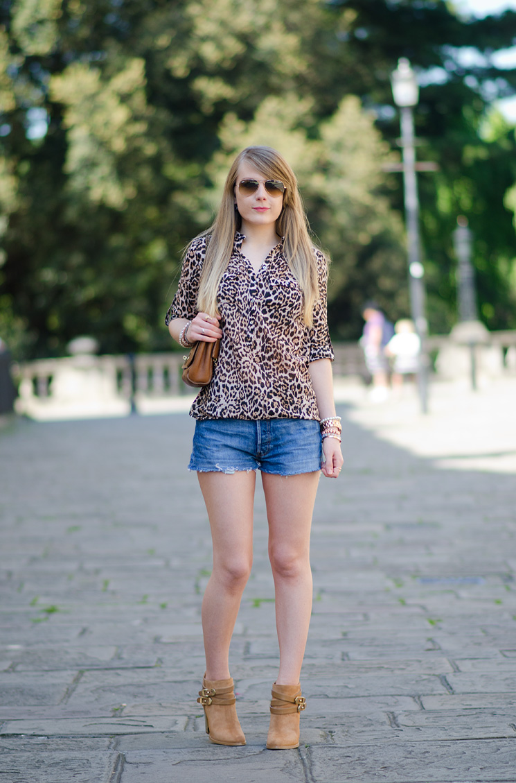 levis-denim-shorts-leopard-shirt