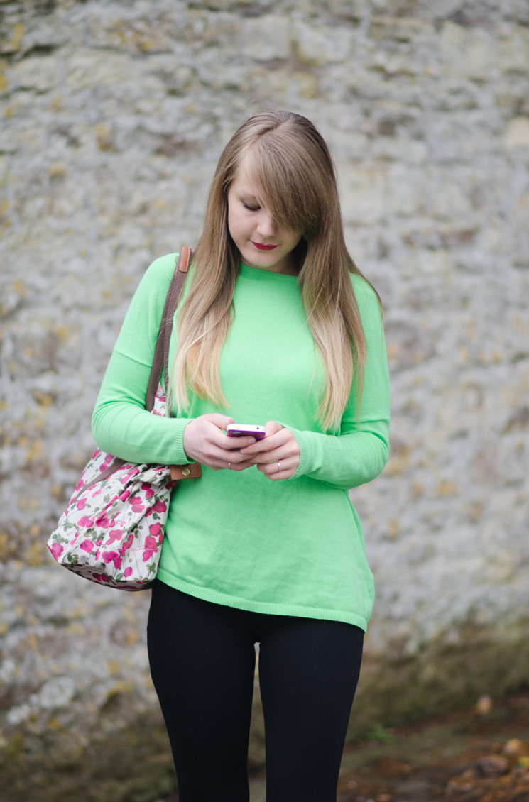 lorna burford uk fashion blogger on phone blonde ombre hair Simply Green & Black