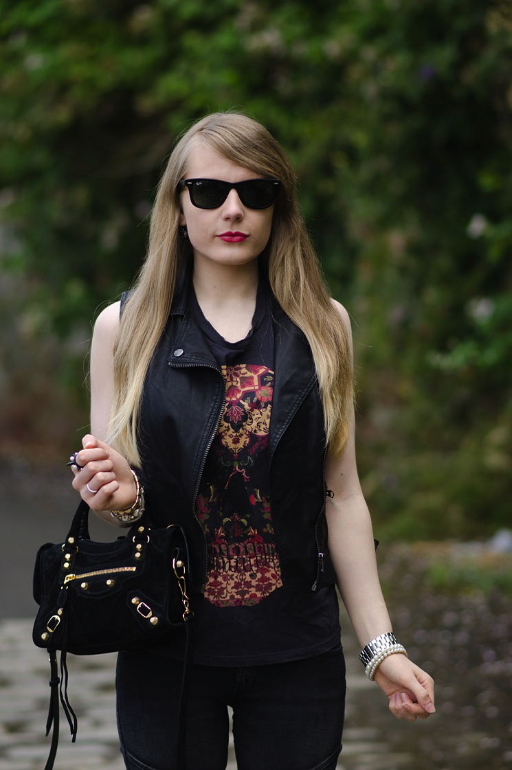 ray-ban-wayfarer-black-sunglasses-red-lips-blonde-hair