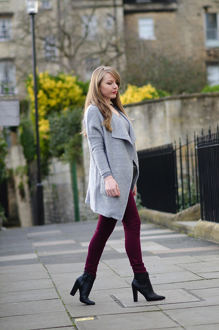 blogger-burgundy-jeans-grey-cardigan-walking
