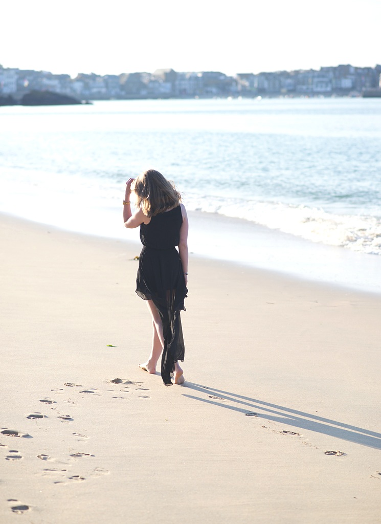 footsteps-on-the-sand-walking-beach