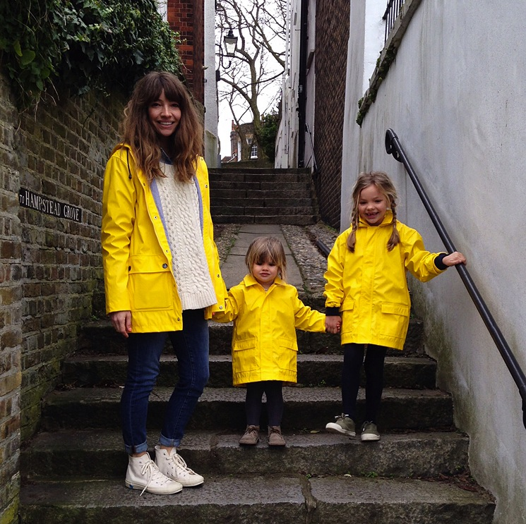 mother-and-daughter-yellow-raincoats