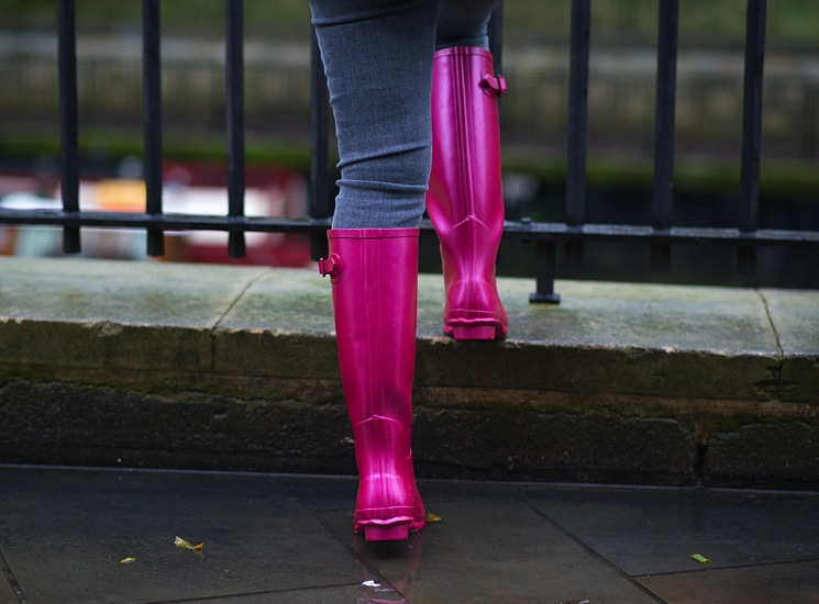 rock-fish-wellies-pink-back