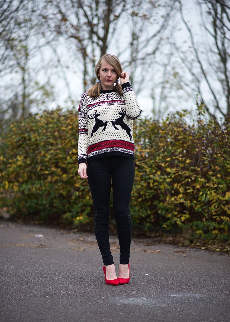 b6ad9bf658b fashion-blogger-christmas-jumper-sweater – Raindrops of Sapphire