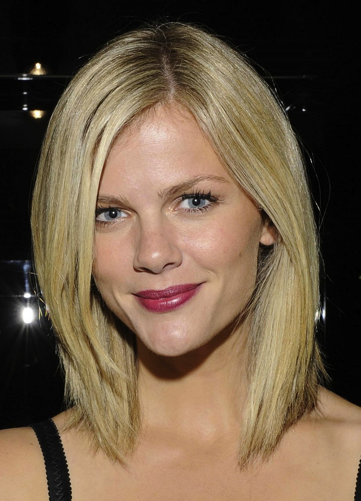 shoulder-length-bob-hairstyles-with-side-swept-bangs-for-blonde-hair
